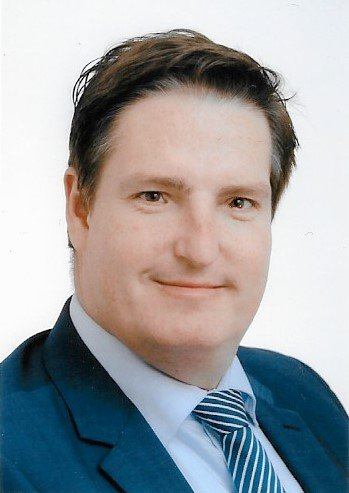 Porträt Daniel Büter mit Anzug und Krawatte