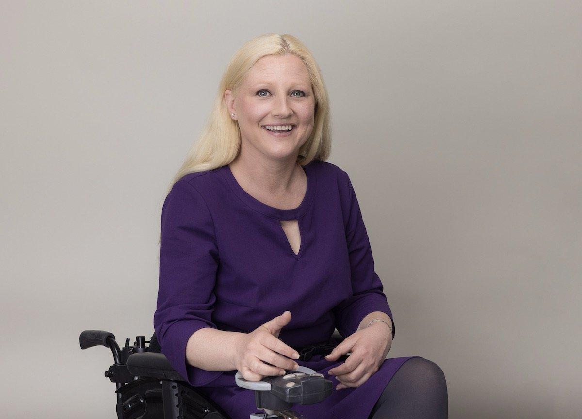 Stefanie Aeffner sitzt in einem elektrischen Rollstuhl