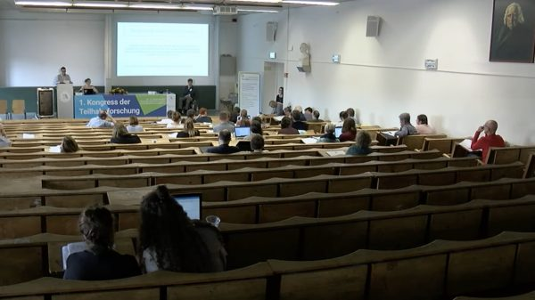Redner und Zuhörer im Hörsaal.