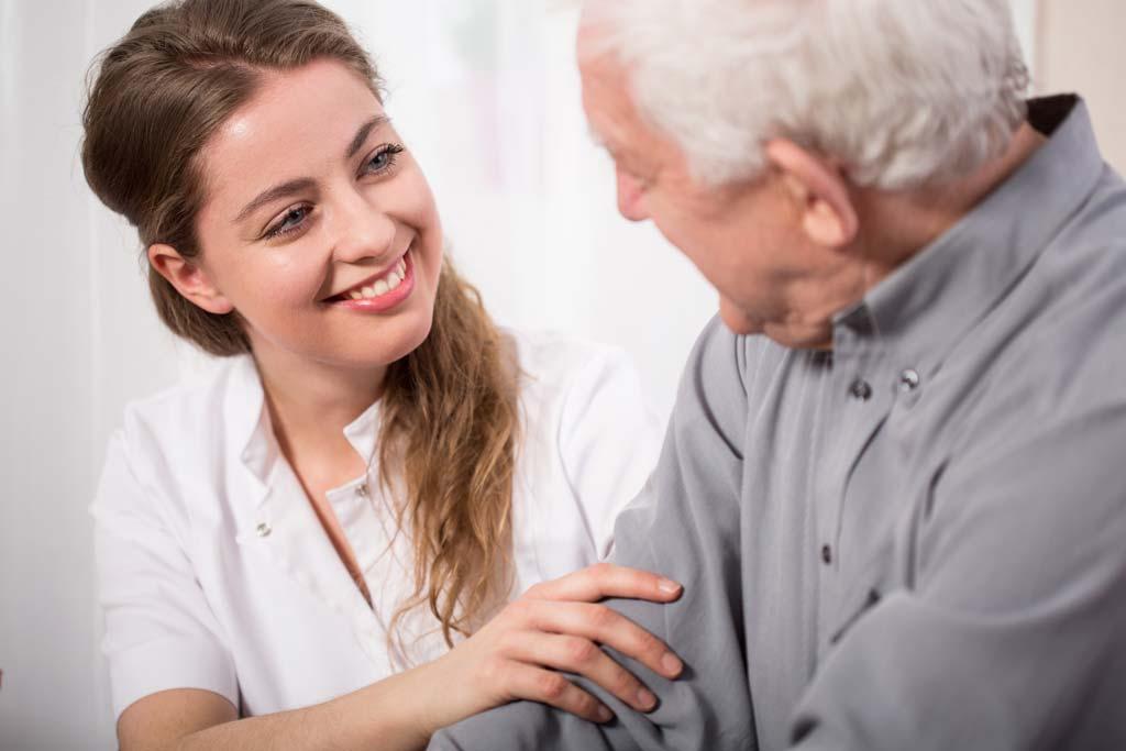 Frau kümmert sich um älteren Herren