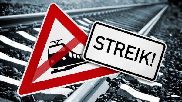Gleise mit Schild Streik und einem durchgestrichenen Zugsymbol