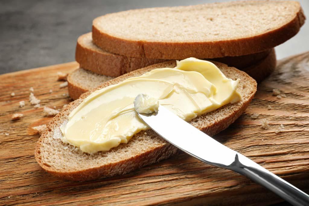 Brot mit Messer buttern