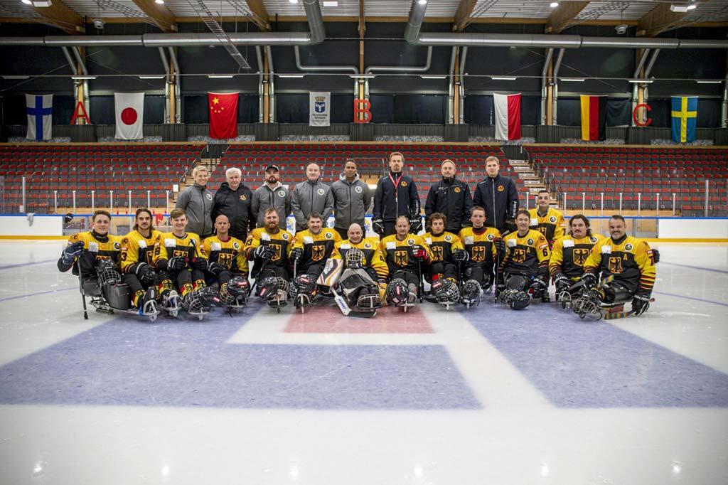 Die deutsche Para-Eishockey-Nationalmannschaft posiert im Stadium.