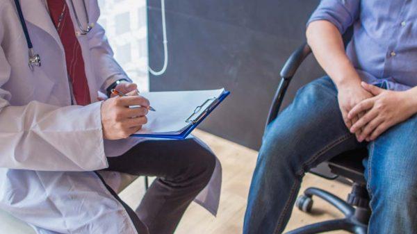 Mann unterhält sich mit Arzt