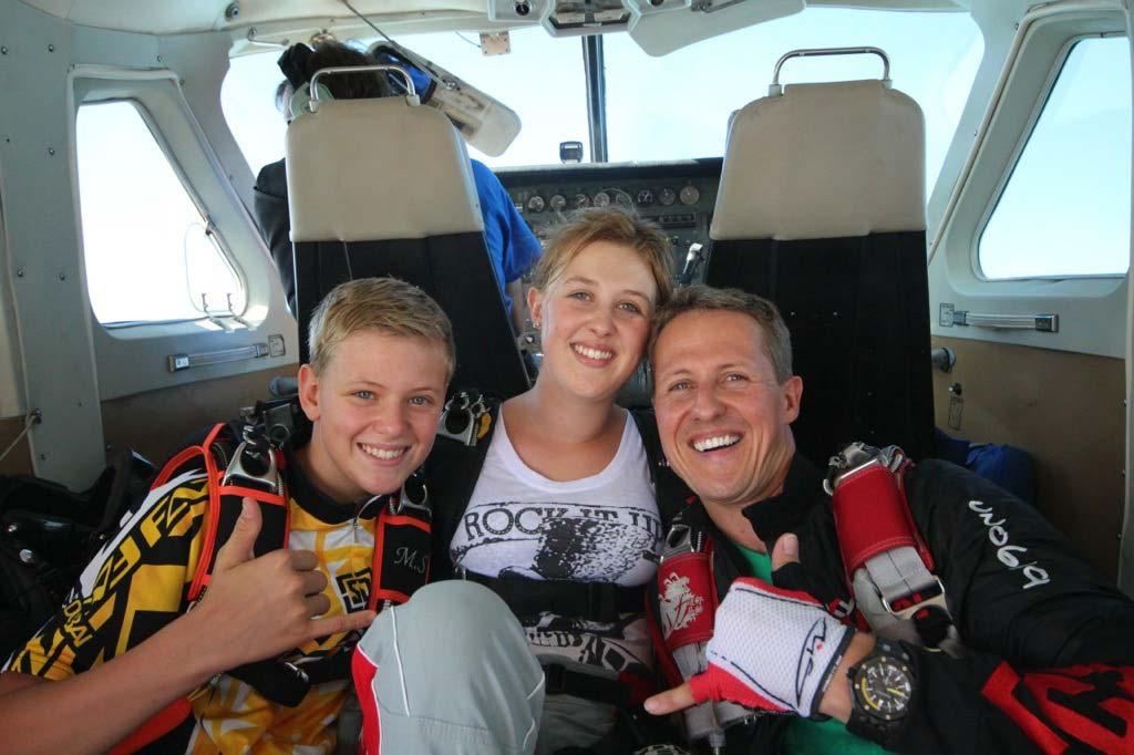 Michael Schumacher mit seinen Kindern im Flugzeug vor dem Fallschirmsprung.