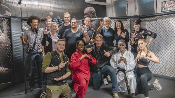 Gruppenfoto mit Team und Darstellern im Boxgym
