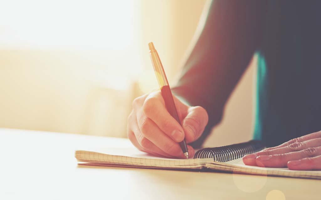 Frau schreibt in Tagebuch