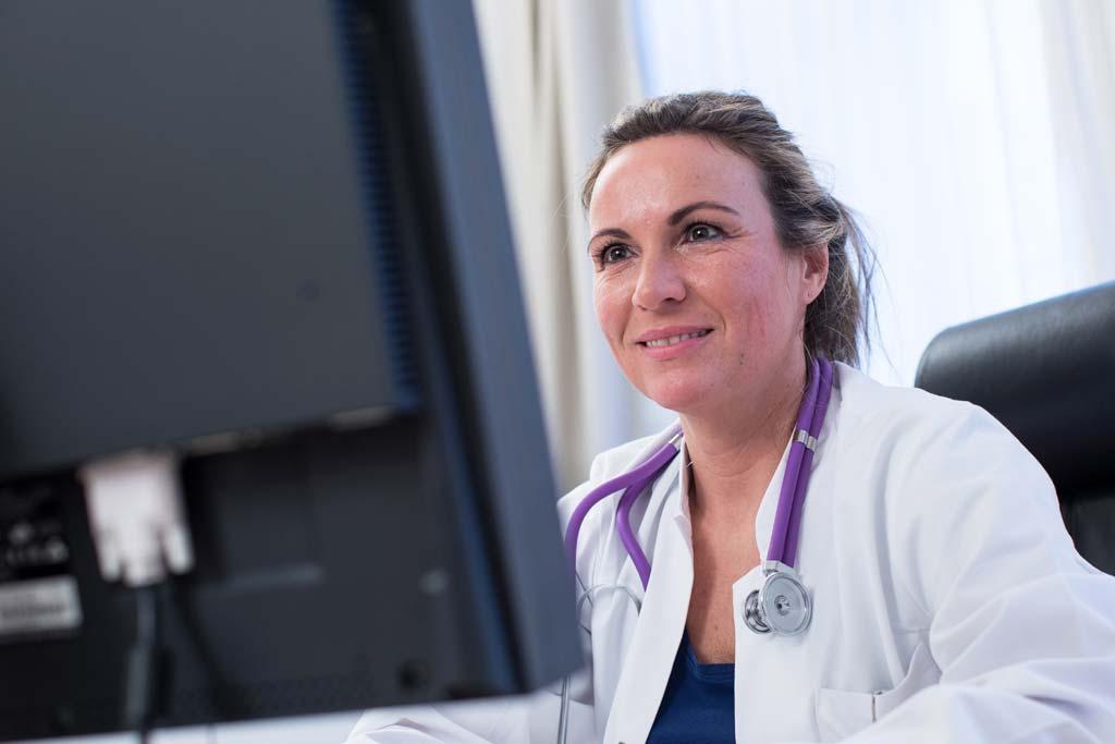 Telemedizin: Eine Ärztin am PC.