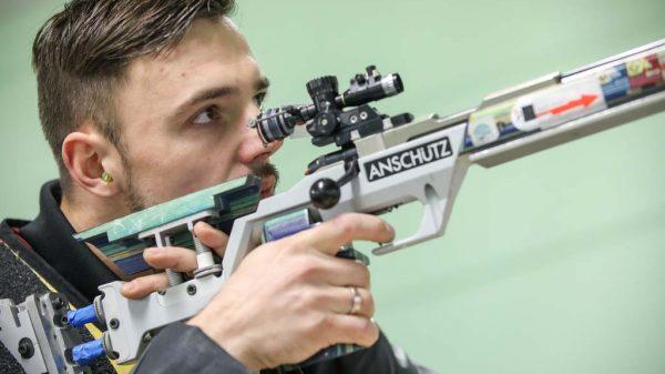 Tim Focken beim Zielen mit dem Gewehr