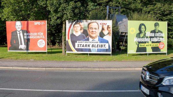Wahlplakate von SPD, CDU und Bündnis 90/Die Grünen am Straßenrand