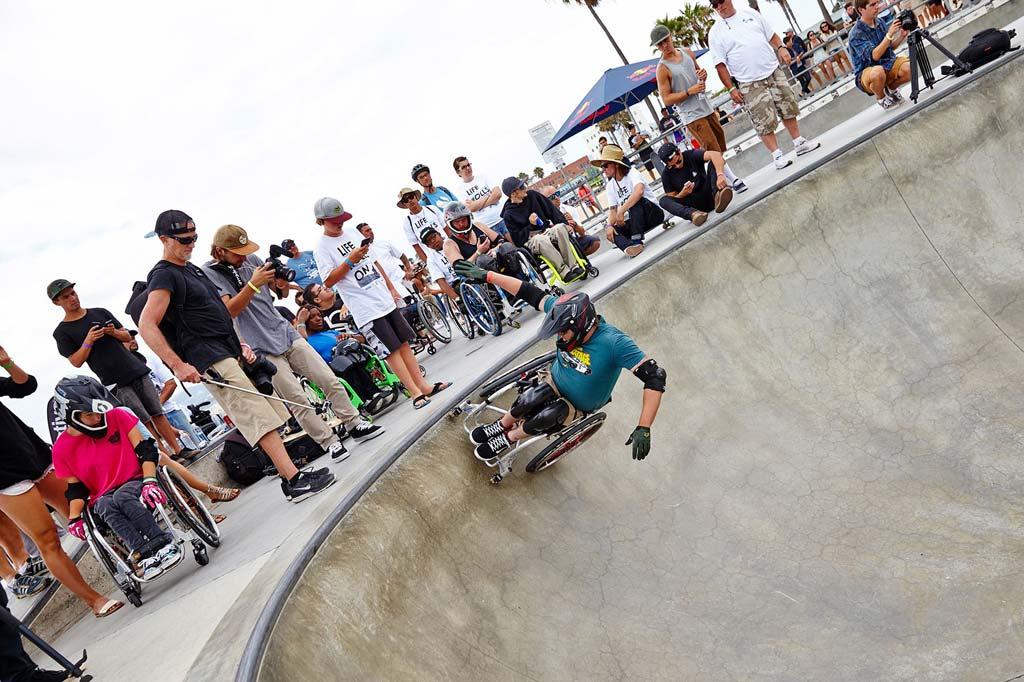 WCMX-Fahrer in einem Skatepark