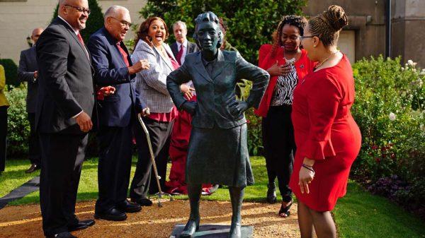 Die Familie von Henrietta Lacks bei der Enthüllung einer Statue anlässlich ihres 70. Todestages im Royal Fort House in Bristol.