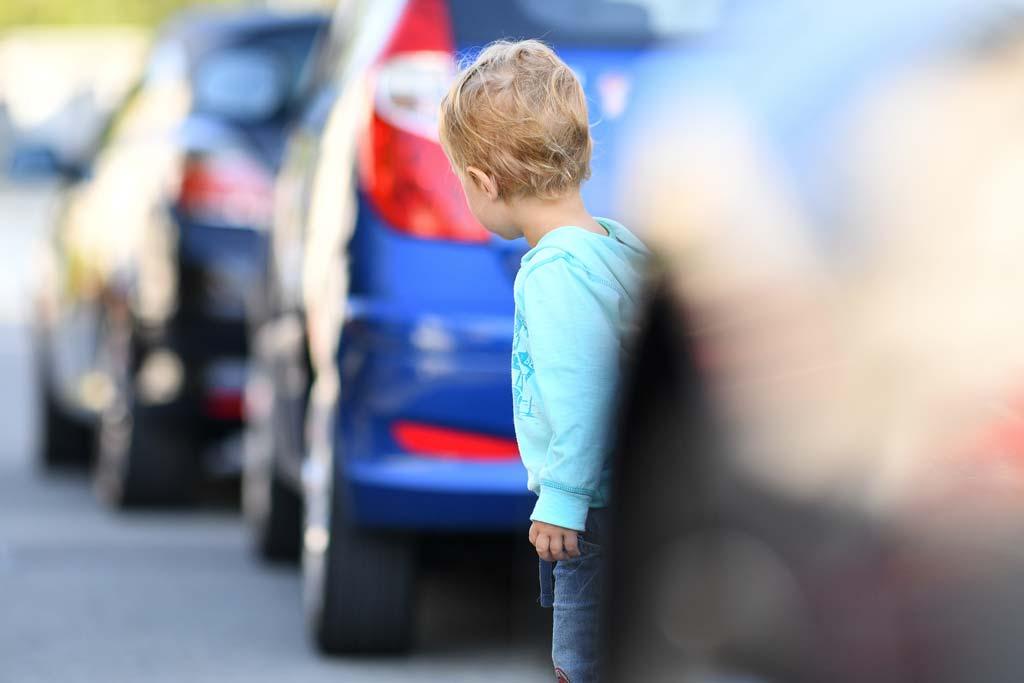 Kleinkind will Straße alleine überqueren.