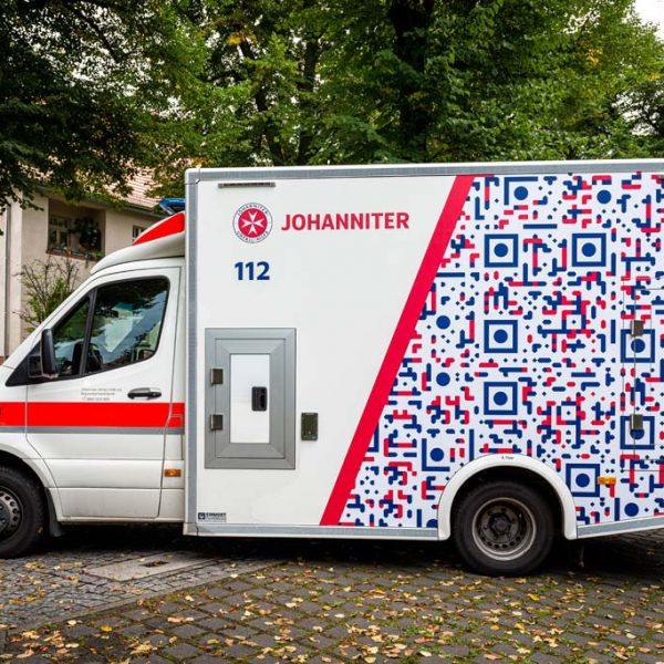 """So sieht die neue Gestaltung der Rettungsfahrzeuge aus: Der QR-Code schlägt Fotografen automatisch einen Besuch der Webseite """"Gaffen-toetet.de"""" vor."""