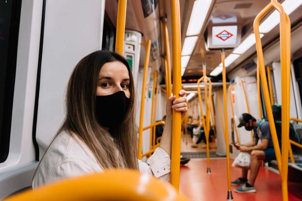Frau mit Maske in der Madrider Metro