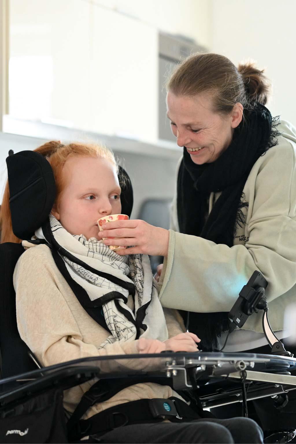 Martina Seibert hilft ihre Tochter Ella beim Trinken.