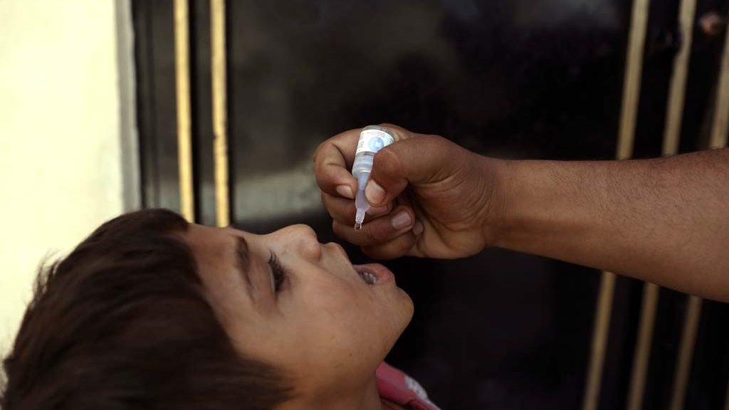 Ein Kind in Kabul erhält die Polio-Schluckimpfung.