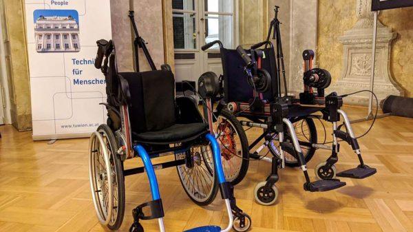 Der vom Schülerteam entworfene Rollstuhl K.U.R.T.: Vom ersten Prototypen (rechts) bis zur finalen Version hat sich einiges getan.