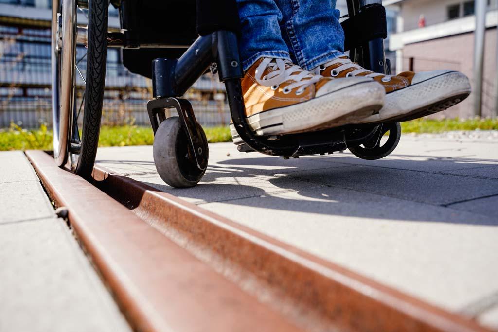 Rollstuhlrad steckt in Gleis.