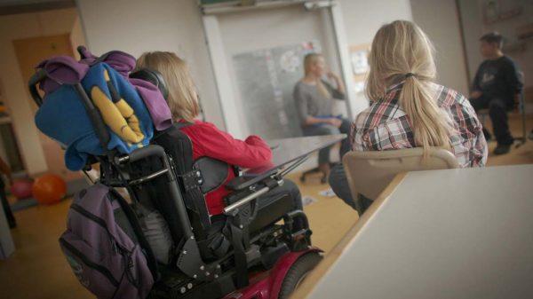 Schülerinnen und Schüler verfolgen in der Förderschule am Donnersberg den Unterricht.